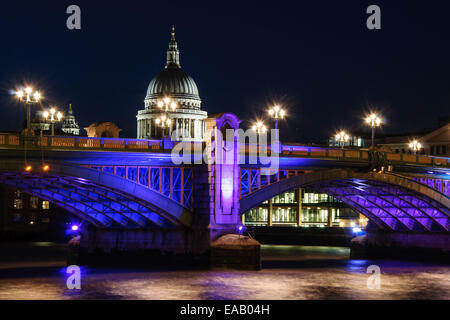 Blick auf beleuchtete Southwark Bridge bei Nacht und Str. Pauls Kathedrale im Hintergrund. England, London - Stockfoto
