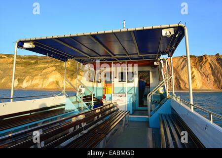 Ausflugsboot nähert sich bunte Sandklippen, Alum Bay, Isle Of Wight, England, Vereinigtes Königreich - Stockfoto