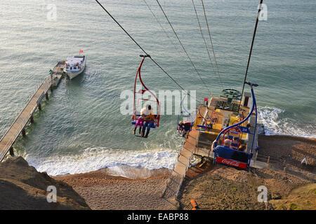 Sessellift hinunter bunte Sandklippen, Alum Bay, Isle Of Wight, England, Vereinigtes Königreich - Stockfoto