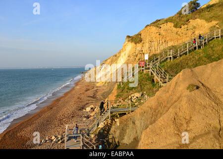 Treppe aus mehrfarbigen sand Klippen, Alum Bay, Isle Of Wight, England, Vereinigtes Königreich - Stockfoto