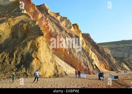 Sand Strand und vielfarbige Klippen, Alum Bay, Isle Of Wight, England, Vereinigtes Königreich - Stockfoto