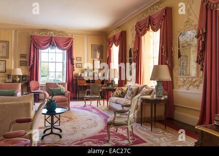 Staubigen rosa farbige gardinen mit girlanden und for Farbige sessel