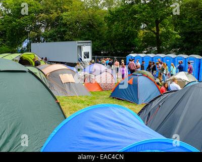 Camper Duschen am Festival Campingplatz warten. - Stockfoto