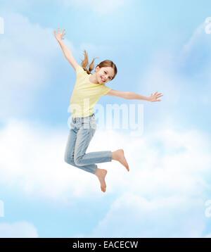 lächelnde Mädchen springen - Stockfoto
