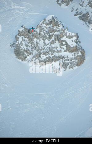 Skifahrer, die eine riesige Klippe springen - Stockfoto