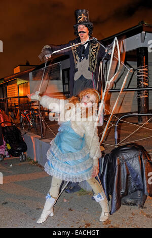 Menschliche Marionette, Parade verloren Seelen Festival 2014, Commercial Drive Nachbarschaft, Vancouver, Britisch - Stockfoto