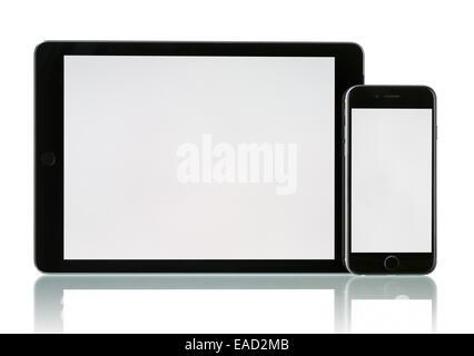 Space Grau Apple iPhone 6 und iPad Air 2 Wi-Fi + Cellular mit leeren Bildschirm. - Stockfoto