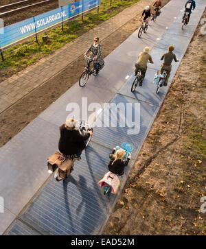Krommenie, Niederlande. 12. November 2014. Foto: 1. November 2014. Weltweit erste Radweg aus Solarzellen mit Radfahrern - Stockfoto