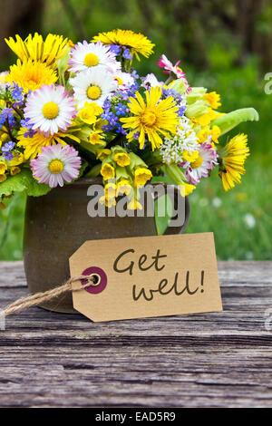 eine vase mit blumen und eine gute besserung karte erhalten stockfoto bild 26341872 alamy. Black Bedroom Furniture Sets. Home Design Ideas