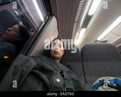 Junge Frau schlafend auf dem Zug - Stockfoto