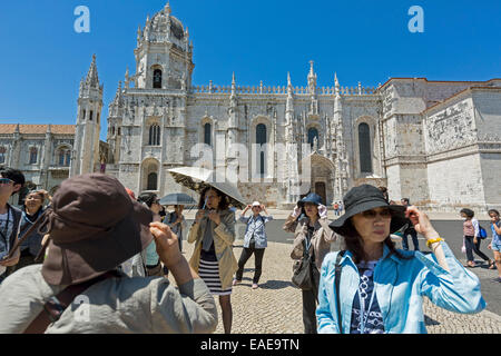 Japanische Touristen vor dem Mosteiro Dos Jerónimos, Hieronymus-Kloster, UNESCO Weltkulturerbe, Belém - Stockfoto