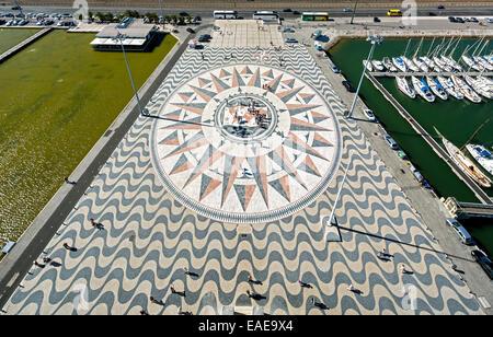 Großer Kompass in die Pflasterung vor dem Monumento ein Los Descubrimientos, Denkmal der Entdeckungen, Belém, Lissabon - Stockfoto