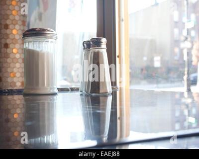 Leere Diner Tisch mit Salz, Pfeffer und Zucker Schüttler. - Stockfoto