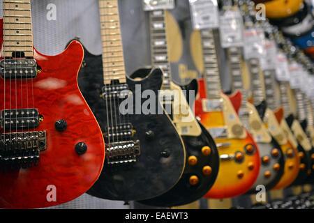 Eine Reihe von Gibson-Gitarren zum Verkauf an den Guitar-Center auf der West 14th Street in Manhattan, New York - Stockfoto