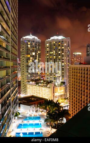 Blick auf die Skyline von Miami in der Nacht mit Citylights und Lichtspuren. - Stockfoto