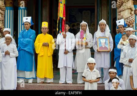 Die hohen Priester und trauernden posiert für Fotos während der Beerdigung, Cao Dai Tempel in Tay Ninh, Vietnam - Stockfoto