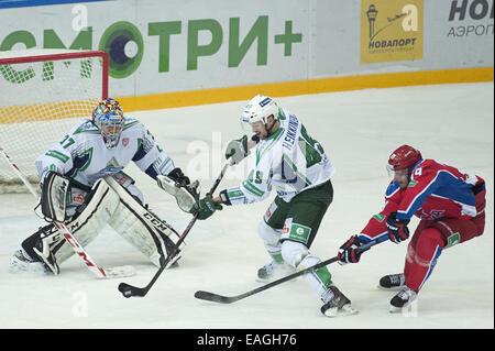 Moskau, Russland. 14. November 2014. Ilkka Heikkinen #4 von Salavat Ulaev versucht, das Netz von Jan Mursak #39 - Stockfoto