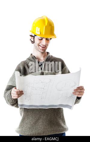 gut aussehend Architekt oder Ingenieur mit einem Schutzhelm und einige Baupläne. isoliert auf weiss - Stockfoto
