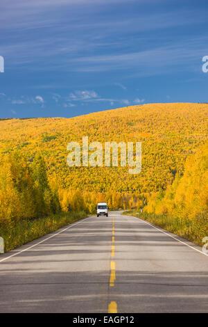 Weißes Wohnmobil reisen Steese Highway nördlich von Fairbanks an einem sonnigen Herbsttag, Herbstlaub, Fairbanks, - Stockfoto