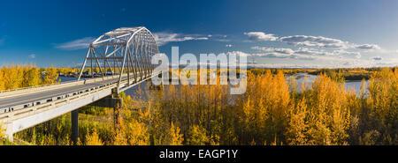 Panorama des Verkehrs auf der Autobahnbrücke Parks in Nenana River, Herbst, innen Alaska, Usa. - Stockfoto