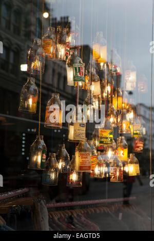 'Kuh' clothing Store mit beleuchtetem Glas Flaschen als Lampenschirme erstellen Art Deco aussehen, Manchester, UK. - Stockfoto