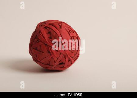 Kugel, bestehend aus roten Gummibänder - Stockfoto