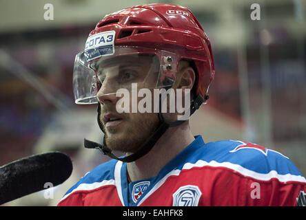 Moskau, Russland. 14. November 2014. Jan Mursak # 39 von den CSKA blickt auf in Warm Ups vor dem Spiel gegen die - Stockfoto
