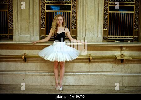 Klassischer Ballerina mit Tutu tanzen in der New Yorker U-Bahn. - Stockfoto