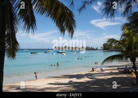Mauritius, Pereybere, öffentlicher Strand, Besucher auf sand - Stockfoto