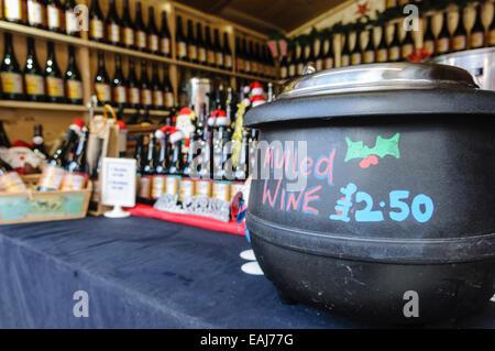 Belfast, Irland Northerm. 15. November 2014.  Glühwein zum Verkauf wie die kontinentalen Jahrmarkt auf dem Gelände - Stockfoto