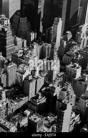 New York City shot in Schwarzweiß mit Blick auf einige der ursprünglichen Wolkenkratzer Stockfoto