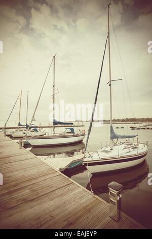 Retro-gefilterte Bild von Yachten am Pier. - Stockfoto