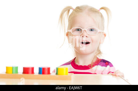 Lustiges Kind in Eyeglases logische Spiel isoliert - Stockfoto