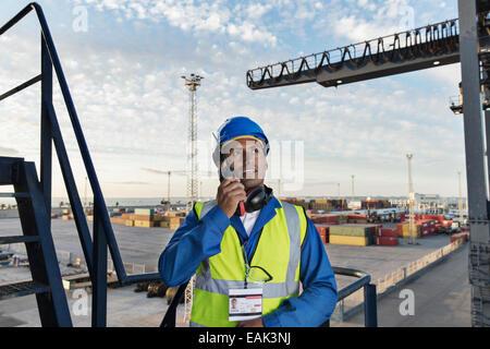 Arbeiter mit Walkie-talkie auf Ladung Kran - Stockfoto
