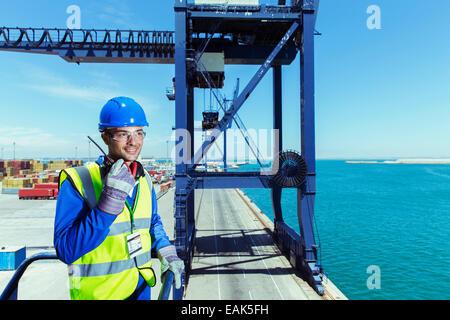 Arbeiter mit Walkie-talkie auf Ladung Kran im waterfront - Stockfoto