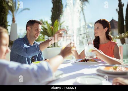 Familie Erziehung Toast am Tisch im freien - Stockfoto