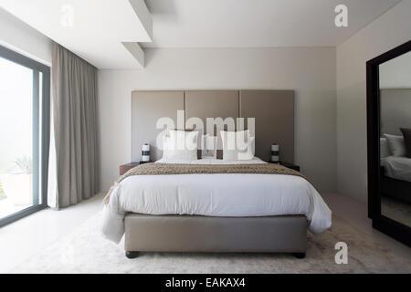 Doppelbett Im Schlafzimmer; Moderne Weiße Und Beige Schlafzimmer Mit  Doppelbett   Stockfoto