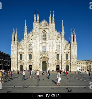 Touristen vor der Westfassade des Mailänder Dom oder Duomo di Santa Maria Nascente, Mailand, Lombardei, Italien - Stockfoto
