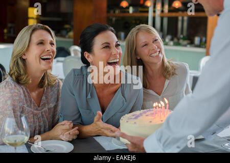 Man übergibt Geburtstagskuchen für Frauen - Stockfoto