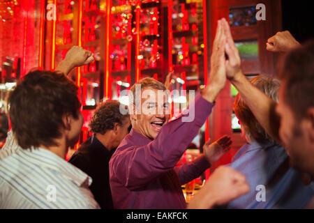 Men hohe Fiving einander in Nachtclub - Stockfoto