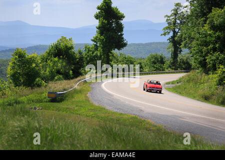 Antikes Auto fahren durch Bath County von Dan Ingalls Overloook, Homestead Resort, Allegheny Mountains, Virginia - Stockfoto