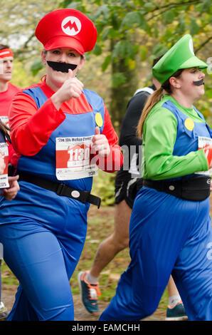 Läufer, die Teilnahme an der Cardiff 10k Morun, Cardiff 2014 Teil des Movember Mens Health Fundraising-Veranstaltungen - Stockfoto