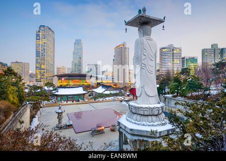 Seoul, Südkorea Stadtbild im Stadtteil Gangnam Bongeunsa-Tempel gesehen. - Stockfoto