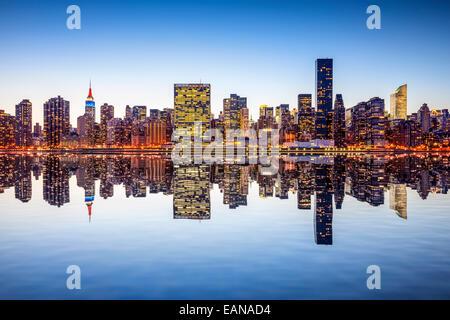 Skyline von New York City, Vereinigte Staaten von Midtown Manhattan aus über den East River. - Stockfoto