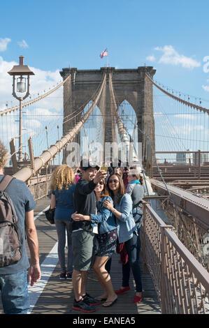 Junges Paar nehmen Selfie auf Brooklyn Bridge Manhattan, New York, USA - Stockfoto