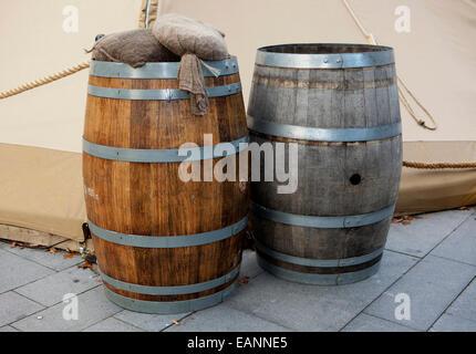 Holzfässer, gefüllt mit Wasser als Anker, Bar im Freien oder öffentlichen Haus The Avenue, Deansgate, Manchester, - Stockfoto