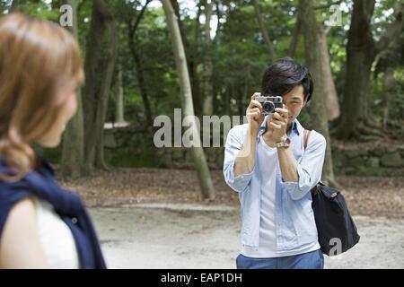 Ein paar, Mann und Frau in einem Kyoto-Park. - Stockfoto