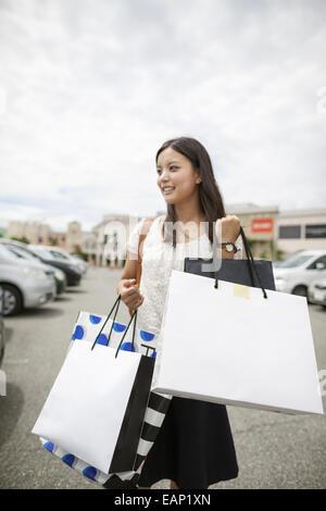 Junge Frau auf einer shopping-Tour. - Stockfoto