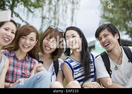 Gruppe von Freunden im Park. - Stockfoto