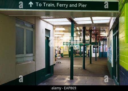 Passagier-Eintritt in die Eisenbahnfähre und Ryde Pier - Stockfoto